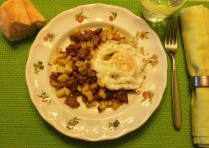 Carne picada con patatas y huevo