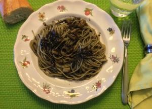 Espaguetis con calamares y salsa negra