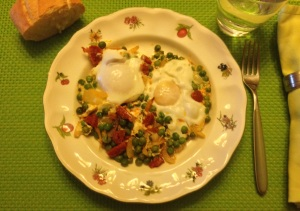 Huevos al plato con guisantes