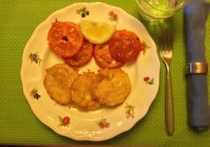 Merluza rebozada con tomate
