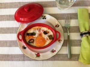 Huevos en cocotte con atún y tomate