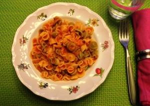 Pasta con salsa de tomate y atún