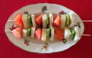 Brochetas de surimi con melón y tomate