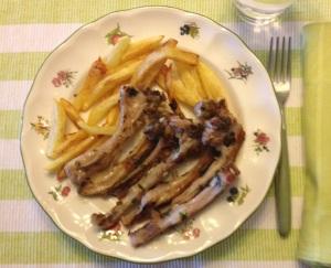 Costillas de cabrito con patatas fritas