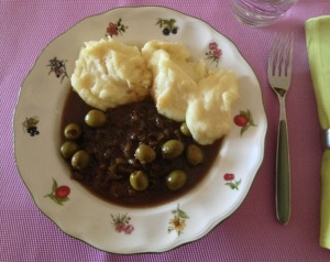 Fil. de ternera con aceitunas y puré de patatas