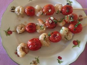 Brochetas de gambas y tomatitos