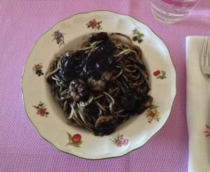 Espaguetis con gambas y salsa negra