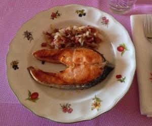 Salmón a la plancha con jamón