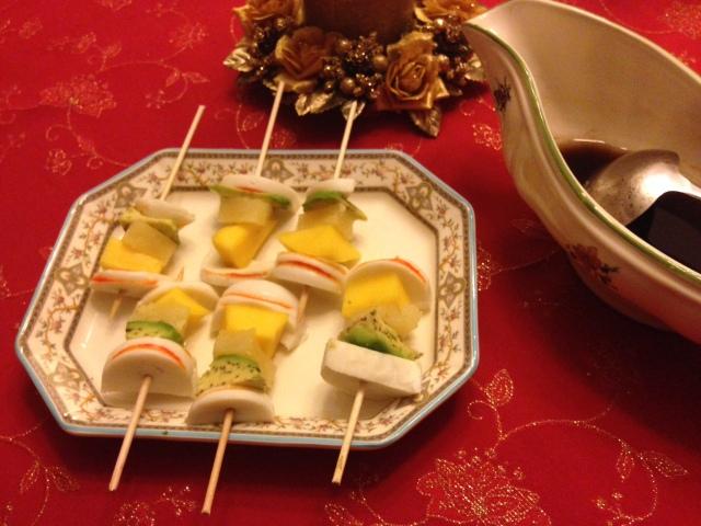 Brochetas de aguacate, mango y piña