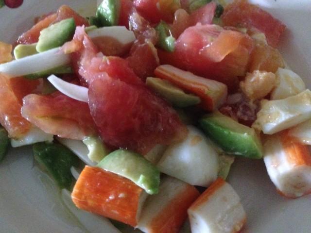 Ens. de aguacate, tomate y surimi