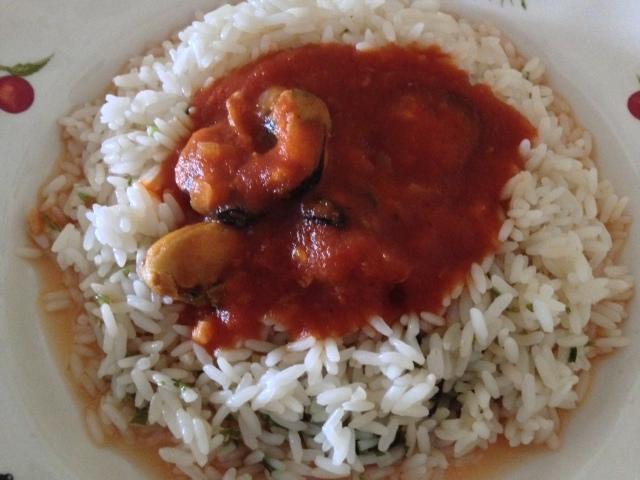 Arroz con mejillones y salsa de tomate