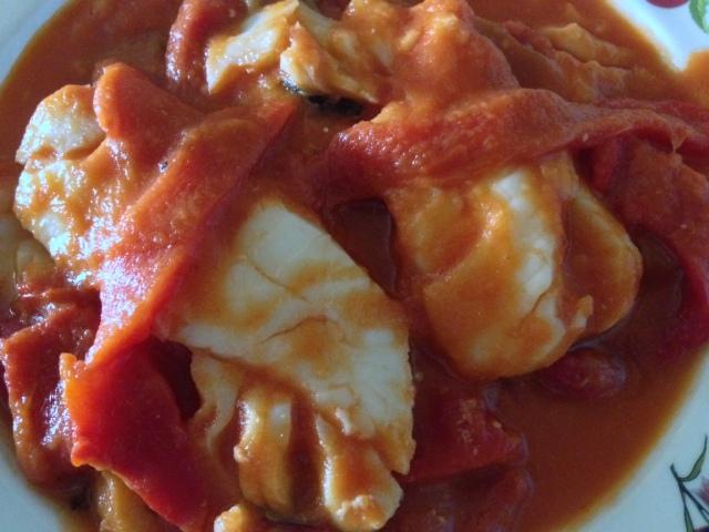 Bacalao con salsa de tomate y pimientos