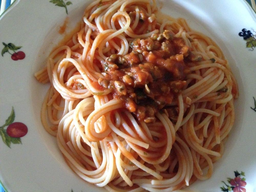 Espaguetis con salsa de tomate y berberechos
