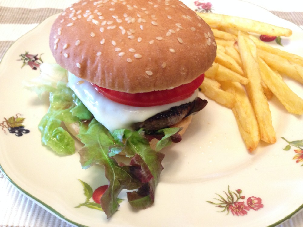 Hamburguesa con lechuga y tomate