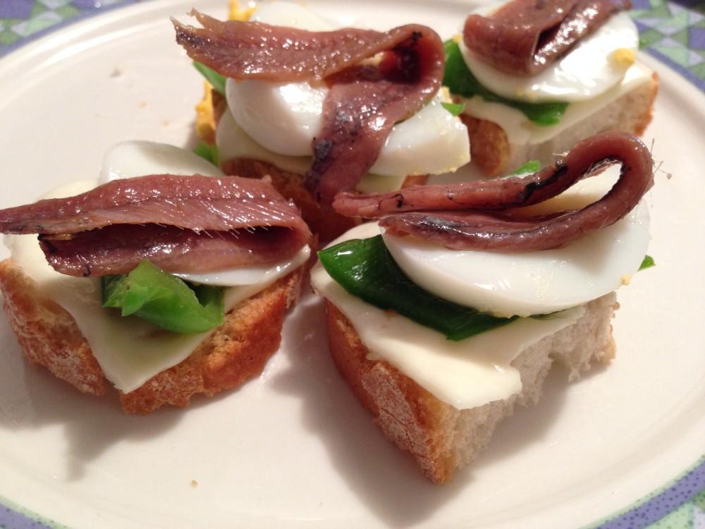 Pinchos de anchoas, pimiento verde y queso