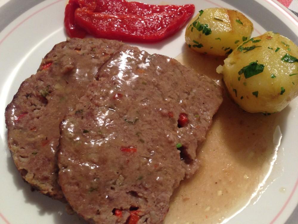 Rollo de carne con salsa, patatas y piq.