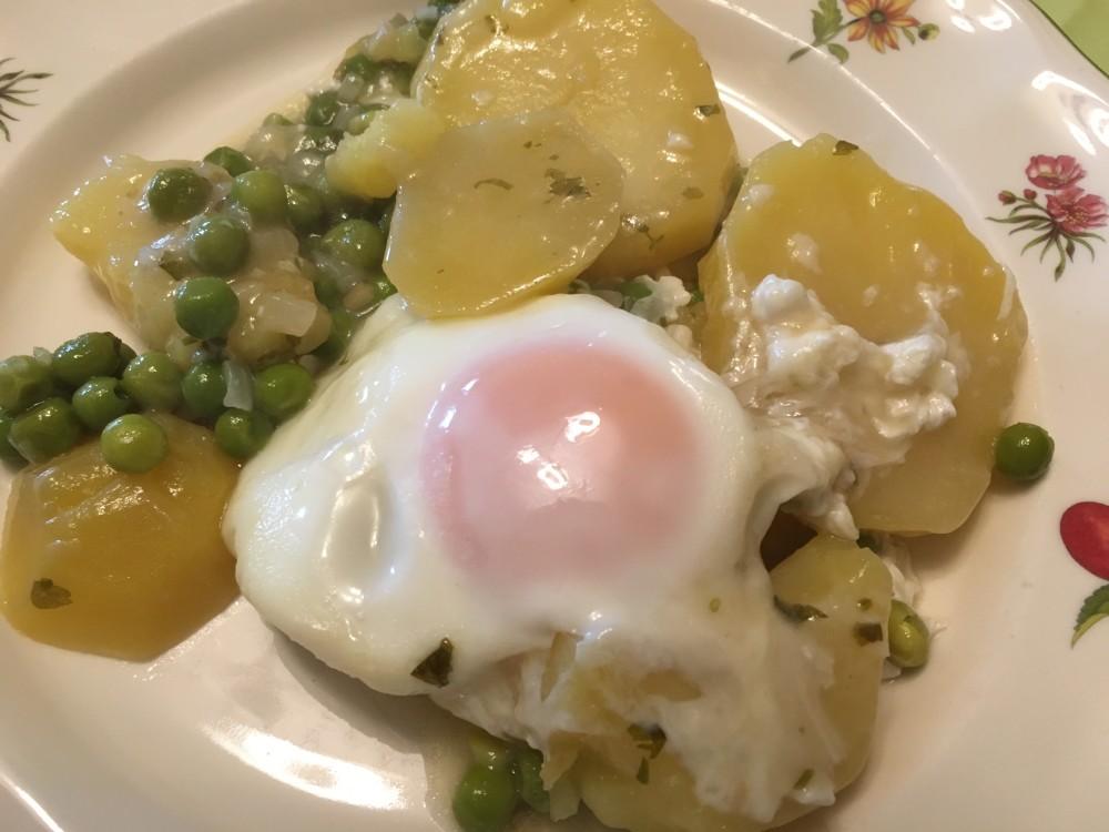 patatas-con-salsa-verde-y-huevo-1